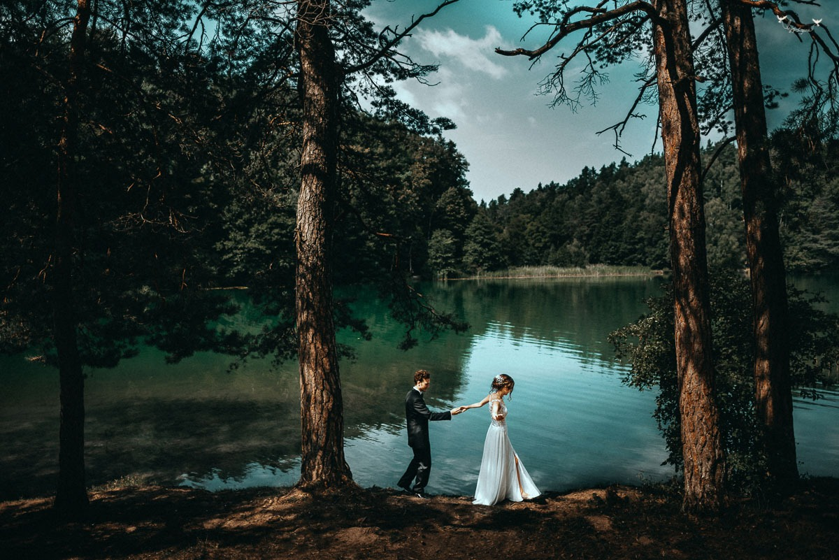 Vestuviu fotosesija prie zaliuju ezeru