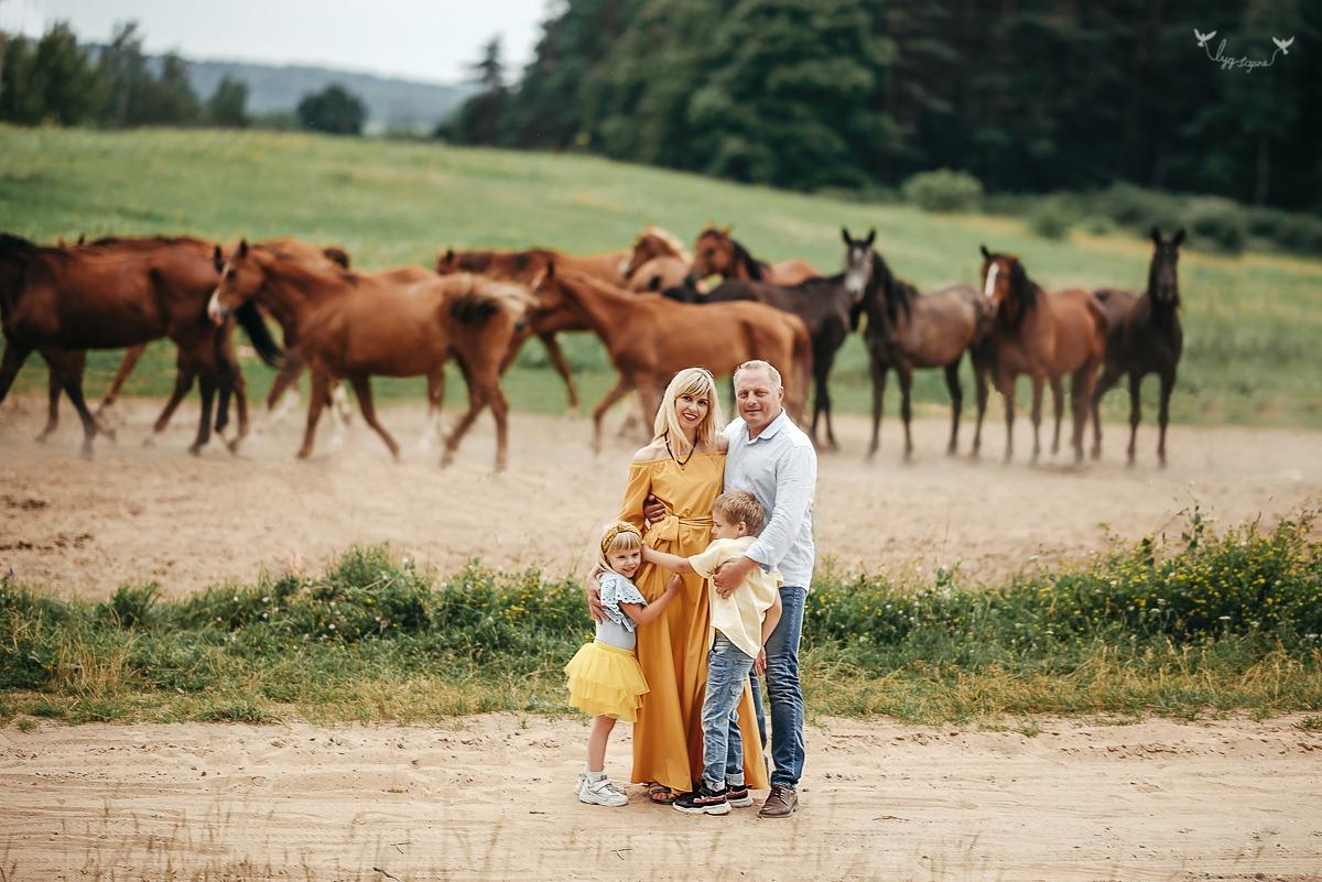 Nuostabi šeimos fotosesija su žirgais Lietuvos žirgyne