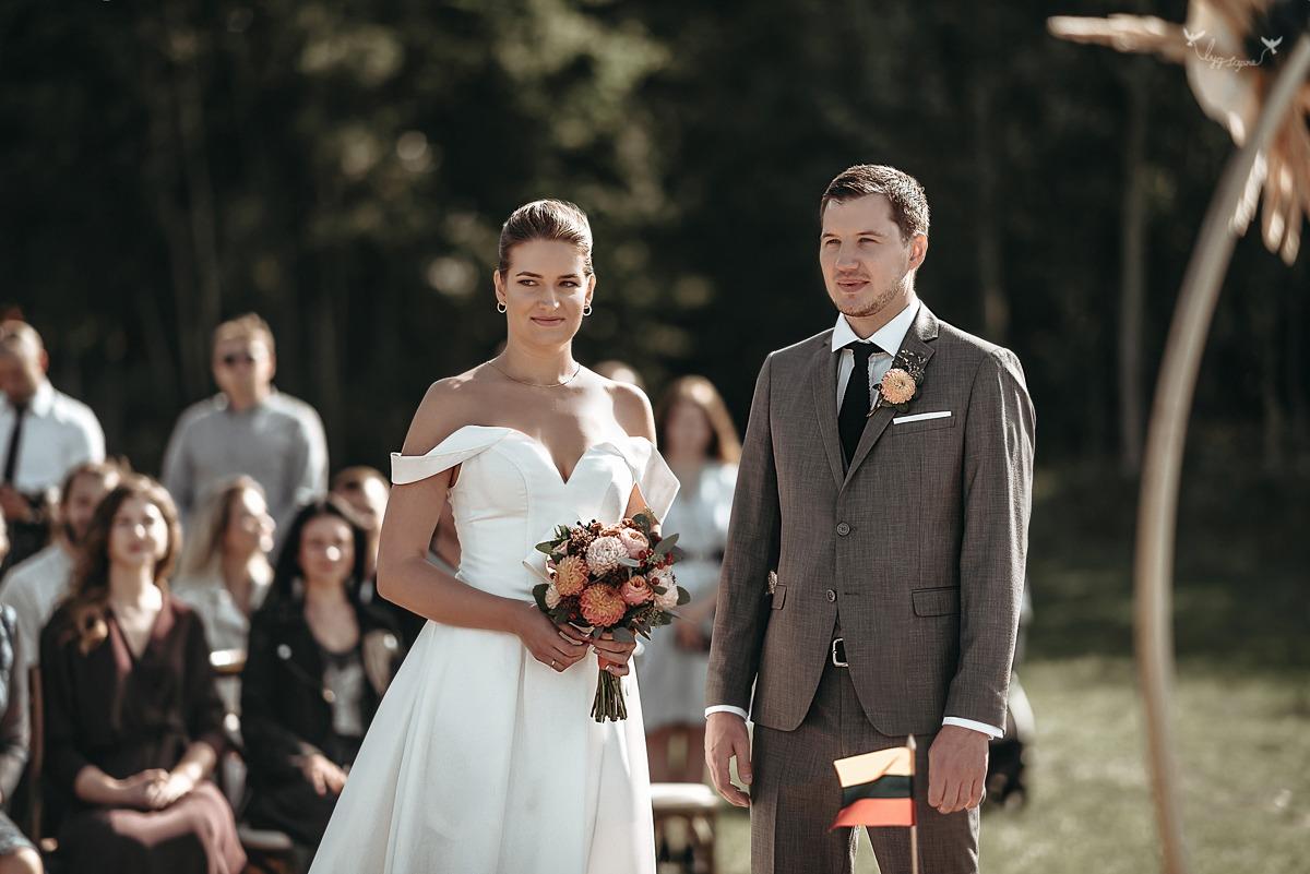 Vestuviu ceremonija ant juros kranto
